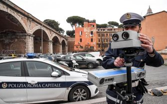 Una pattuglia della polizia municipale di Roma Capitale esegue controlli della velocita con un autovelox, 05 marzo 2019.ANSA/ALESSANDRO DI MEO