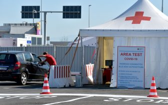 ROME, ITALY - SEPTEMBER 04:  Medical staff attend the new COVID-19 drive-in test centre, the largest in the Lazio region, to carry out rapid COVID-19 antigen swabs in the Long Stay car park at Leonardo da Vinci-Fiumicino Airport on September 4, 2020 in Rome, Italy.  (Photo by Simona Granati - Corbis/Getty Images)