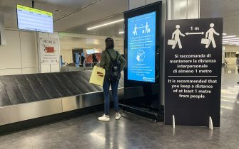 ROMA, ITALY - JUNE 04: A sign reminds to respect the rules for the social distancing for arriving passengers in the arrivals hall of Rome Fiumicino Airport on June 04, 2020 in Roma, Italy. Many Italian businesses have been allowed to reopen, after more than two months of a nationwide lockdown meant to curb the spread of Covid-19. (Photo by Fabrizio Villa/Getty Images)