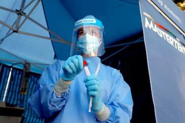 Una dottoressa con il kit per il tampone rileva Covid all'Ospedale San Paolo a Milano, 1 settembre 2020.ANSA/Mourad Balti Touati