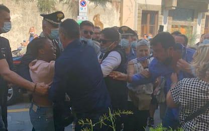 Pontassieve, Salvini strattonato da una giovane: camicia strappata