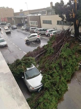 Una vera e propria tempesta con lampi, fulmini, forti piogge e un vento da nord ovest si sta abbattendo su Cagliari e l'hinterland allagando nuovamente le strade che qualche ora fa erano state invase dalla pioggia a causa di una bomba d'acqua, 10 settembre 2020. ANSA/MANUEL SCORDO
