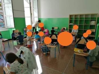 Scuola, a Genova bambini in ginocchio usano sedie come banchi