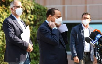 Former Italian prime minister Silvio Berlusconi takes off his face mask as he prepares to address the media, as he leaves the San Raffaele Hospital in Milan on September 14, 2020 after he tested posititive for coronavirus and was hospitalied since September 3. (Photo by Piero CRUCIATTI / AFP) (Photo by PIERO CRUCIATTI/AFP via Getty Images)
