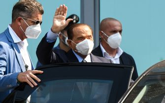 Former Italian prime minister Silvio Berlusconi (C) waves as he leaves the San Raffaele Hospital in Milan on September 14, 2020 after he tested posititive for coronavirus and was hospitalized since September 3. (Photo by Piero CRUCIATTI / AFP) (Photo by PIERO CRUCIATTI/AFP via Getty Images)