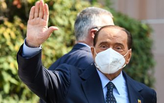 Former Italian prime minister Silvio Berlusconi waves as he leaves the San Raffaele Hospital in Milan on September 14, 2020 after he tested posititive for coronavirus and was hospitalized since September 3. (Photo by Piero CRUCIATTI / AFP) (Photo by PIERO CRUCIATTI/AFP via Getty Images)
