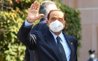 Former Italian prime minister Silvio Berlusconi waves as he leaves the San Raffaele Hospital in Milan on September 14, 2020 after he tested posititive for coronavirus and was hospitalied since September 3. (Photo by Piero CRUCIATTI / AFP) (Photo by PIERO CRUCIATTI/AFP via Getty Images)