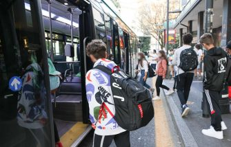 Studenti che prendono i mezzi di trasporto autobus di linea  per il primo giorno di scuola,   Brescia 14 settembre 2020.Ansa Filippo Venezia