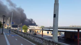 """Il fumo dll'incendio nella notte nel porto visibile da altre zone della città ad Ancona, 16 settembre 2020. E' """"tecnicamente sotto controllo"""" l'incendio divampato la scorsa notte nell'area portuale di Ancona, ma """"ci sono dei focolai e continua a bruciare, per completare le operazioni di spegnimento ci vorranno alcuni giorni"""".  ANSA"""