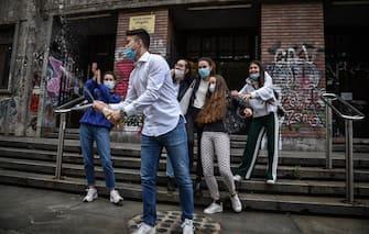 Studenti davanti al Liceo Virgilio in occasione del primo giorno di esami di maturità con le normative anticontagio per coronavirus Covid-19, Milano, 17 giugno 2020. ANSA/ MATTEO CORNER