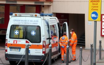 Un'ambulanza ferma all'ingresso del pronto soccorso  dell'ospedale Maggiore di Lodi, 29 Febbraio 2020. ANSA / MATTEO BAZZI