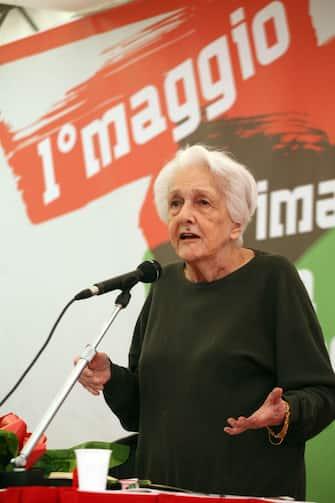 Rossana Rossanda durante il suo intervento alla festa del Primo Maggio organizzata dalla Cgil, stamani 01 maggio 2011 in piazza Maggiore a Bologna. ANSA/BOLZONI-ZAMAI