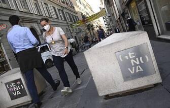 Mascherine obbligatorie anche all'aperto 24 ore su 24 nel centro storico della citt ', a causa di un possibile cluster di Coronavirus. Genova . ANSA/LUCA ZENNARO