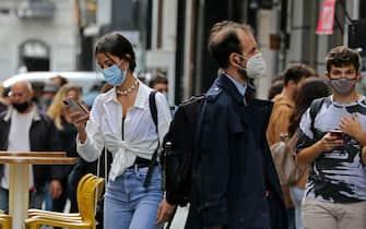 Persone con la mascherina per proteggersi dal Covid