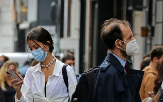 Persone che passeggiano con la mascherina durante il Covid 19