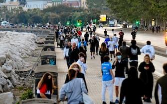 Folla Sul lungomare Caracciolo a Napol  'riaperto'  solo in alcune ore del giorno , come disposto da Governatore della campania Vincenzo De Luca,   per una passseggiata o per chi fa jogging. 27 aprile 2020. ANSA/ CIRO FUSCO  CIRO FUSCO