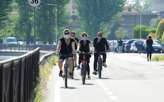 Runners e ciclisti sull'alzaia Naviglio tra Corsico e Milano in fase 2 - 8 maggio 2020 - foto Spf/Ansa