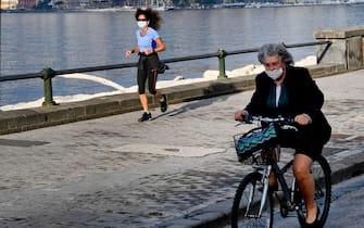 Passeggio e jogging sul lungomare Caracciolo a Napoli aperto ai cittadini  oggi, su disposizione del governatore della Campania Vincenzo De Luca, per poche ore di mattina ed al tramonto, 27 aprile 2020 ANSA/ CIRO FUSCO
