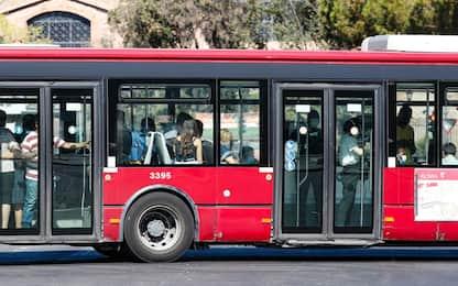 Roma, sprovvisto di mascherina aggredisce autista bus: denunciato