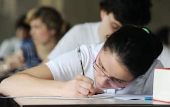 Gli studenti affrontano la prima prova degli esami di maturita' al Liceo Cavour, Torino, 20 giugno 2012 ANSA/ ALESSANDRO DI MARCO