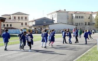 Scuola elementare Guido Negri. Un mese dall'inizio dell'anno scolastico.  Ricreazione delle classi delle elementari.   05 Ottobre 2020. Vo' Euganeo (PD)  ANSA/NICOLA FOSSELLA