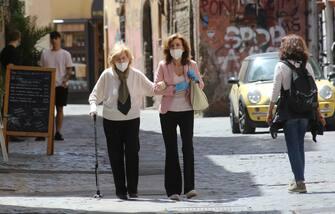 Roma Italy 10 maggio 2020:Signore coperta con la mascherina passeggiano per le vie di Trastevere in Roma.Il primo fine settimana dallâ  inizio della Fase 2 in Italia, trascorre tranquillo nella capitale Roma. (MARCO IACOBUCCI / IPA/Fotogramma, ROMA - 2020-05-10) p.s. la foto e' utilizzabile nel rispetto del contesto in cui e' stata scattata, e senza intento diffamatorio del decoro delle persone rappresentate