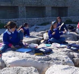 Lezione al mare, a Bisceglie i bambini sugli scogli con le maestre