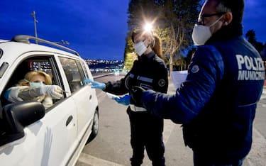 Controlli della Polizia Municipale sulle auto in circolazione sul lungomare Caracciolo a Napoli, 19 aprile 2020 ANSA/  CIRO FUSCO