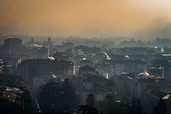 smog e inquinamento in città - immagini generiche; (Sergio Agazzi/Fotogramma, Bergamo - 2016-12-12) p.s. la foto e' utilizzabile nel rispetto del contesto in cui e' stata scattata, e senza intento diffamatorio del decoro delle persone rappresentate