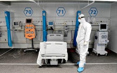 Tecnici ed infermieri al lavoro per allestire nuovi posti nei reparti di terapia intensiva dell' ospedale modulare Covid  dell'' Ospedale del Mare e Napoli 20  ottobre 2020 ANSA / CIRO FUSCO