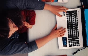 Emergenza Coronavirus, come cambia l' insegnamento per una madre tra videolezioni, piattaforme online e vita quotidiana. ( I Minori e le persone ritratte hanno la liberatoria ), Mamma al lavoro con PC e la figlia in braccio, Smart working (francesco Algeri/Fotogramma, Messina - 2020-04-27) p.s. la foto e' utilizzabile nel rispetto del contesto in cui e' stata scattata, e senza intento diffamatorio del decoro delle persone rappresentate