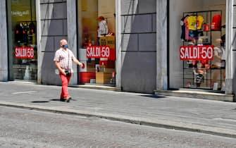 Negozi di via Roma a Napoli  semivuoti nonostante la partenza dei saldi anticipata dal governatore della Campania Vincenzo De Luca per dare respiro al commercio dopo il lockdown imposto dal coronavirus ,  22 luglio 2020 ANSA / CIRO FUSCO