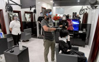 Dopo mesi di chiusura dovuta al rischio di contagio da Coronavirus un parrucchiere finalmente all' opera nel suo negozio di Napoli . Per i clienti,  ricevuti solo per appuntamento, postazioni dimezzate per garantire il distanziamento imposto dalle regole  anti-covid   19 maggio 2020 ANSA / CIRO FUSCO