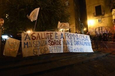 Covid a Napoli, in centinaia protestano in piazza Plebiscito