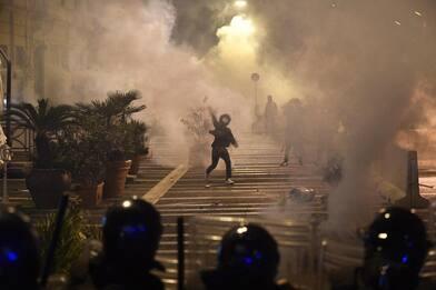 Napoli, proteste e scontri in strada dopo la chiusura notturna. FOTO