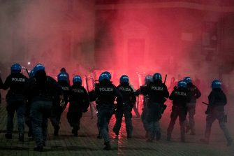 Scuffles between demonstrators and police during the protest for the curfew, the  health dictatorship  and the prospect of lockdown in Del Popolo's square in the centre of Rome, Italy, 25 October 2020. ANSA/CLAUDIO PERI