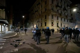 Scuffles between demonstrators and police during the protest for the curfew, the  health dictatorship  and the prospect of lockdown in Del Popolo's square in the centre of Rome, Italy, 25 October 2020. ANSA/GIUSEPPE LAMI