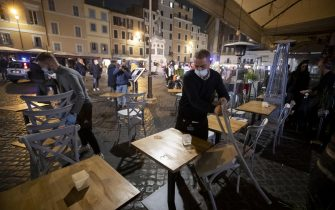 Restaurateurs protest against the closure of 21:00 in Campo dei Fiori during the curfew to face the second wave of the Covid-19 Coronavirus pandemic, in Rome, Italy, 23 October 2020. ANSA/MASSIMO PERCOSSI