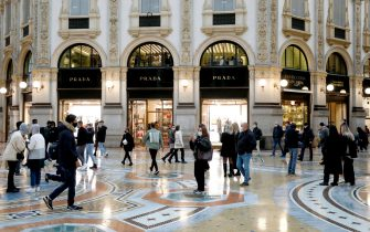 Folla di turisti e milanesi a passeggio o per fare shopping in centro a Milano, 24 ottobre 2020. ANSA/Mourad Balti Touati
