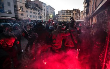 """People protest at the demonstration of the """"Mascherine Tricolori"""" movement to say """"No to a new lockdown"""" to Piazza Campo dei Fiori during the Coronavirus Covid-19 pandemic emergency in Rome, Italy, 31 October 2020. ANSA/ANGELO CARCONI"""