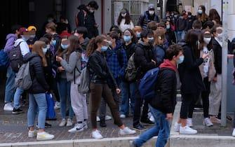 Riviera Dei Ponti Romani- fermata autobus tram- studenti all'uscita della scuola si accalcano per prendere l'autobus tram.    24 Ottobre 2020. Padova  ANSA/NICOLA FOSSELLA