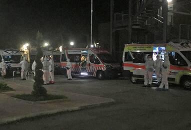 Covid Foggia, ambulanze con sospetti positivi in coda all'ospedale