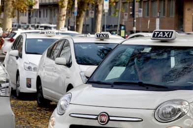Sciopero dei tassisti a Torino, trecento auto in corteo