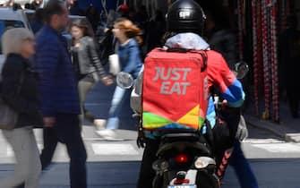Un rider della Just Eat impegnato in una consegna nel centro della citta', Genova, 30 aprile 2019. ANSA/LUCA ZENNARO