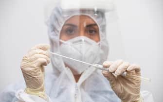 UnÕinfermiera maneggia un tampone per il Covid presso uno dei centri Artemisia Lab di Roma, 2 novembre 2020. ANSA/CLAUDIO PERI