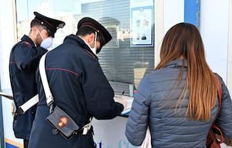 Passeggeri arrivati da Reggio Calabria a bordo degli aliscafi delle Ferrovie dello Stato in attesa di controlli da parte delle Forze dell'Ordine e del personale sanitario. Messina, 14 marzo 2020. ANSA/CARMELO IMBESI