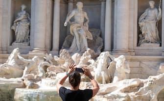 Turisti a Piazza Trevi davanti la celebre fontana a Roma, 30 luglio 2020. MAURIZIO BRAMBATTI/ANSA