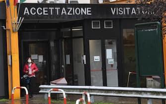 L'entrata dell'ospedale di Vizzolo Predabissi, a sud di Milano, 23 otobre 2020. Sale a 20 il numero dei dipendenti dell'ospedale che sono risultati positivi al coronavirus tra medici, infermieri dei reparti di ostetricia, ginecologia, radiologia e oncologia e amministrativi. Sei giorni fa erano 8. Tutti i positivi, per lo più asintomatici, sono in quarantena. Non è all'ordine del giorno la chiusura di alcun reparto.ANSA/DANIEL DAL ZENNARO