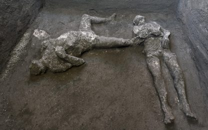 Pompei, scoperti 2 corpi intatti nella villa di Civita Giuliana. FOTO