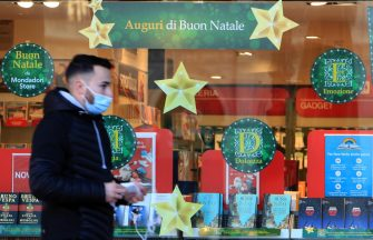 Vetrine a tema Natalizio e sconti particolari per incentivare lo shopping in tempo di lockdown, Milano 17 novembre 2020. Ansa/ Paolo Salmoirago